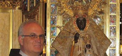 Fray Arévalo Sánchez junto a la Virgen de Guadalupe, patrona de Extremadura:: HOY